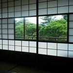 京亭 - 曇りガラスが額縁のように…