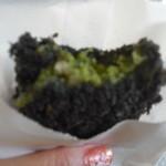 山田コロッケ店 - 衣漆黒、中は深緑!