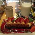 リンゴ カフェ - イチゴのミルフィーユ 400円