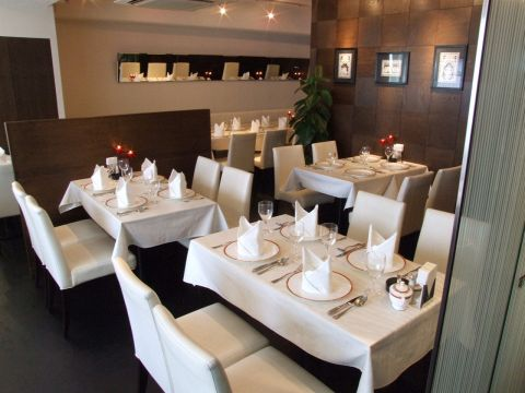 プリヤ - 店内は落ち着いた雰囲気の空間です。貸切パーティーもお受付けしておりますので、本格インド料理で楽しいパーティーはいかがでしょうか?