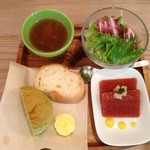 kadoya - 野菜サラダ、ガスパチョのテリーヌ仕立て、パン2種、オニオンスープ(プチ盛り4種)