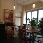 kadoya - フレンチテイストの照明や家具がいいですね。