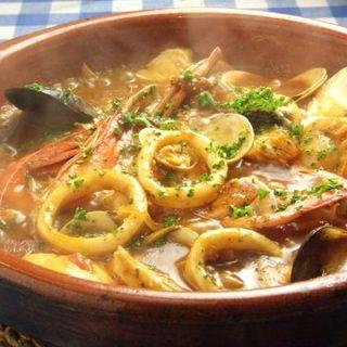 魚介の旨みがたっぷりと凝縮されたブイヤベースをはじめ、美味しい料理を取り揃えております。