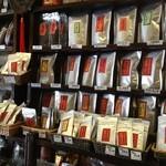 三徳堂 - 入り口を入るとプーアル茶が一杯!!