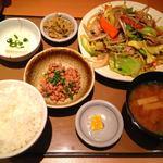 やよい軒 - 肉野菜炒め定食690円、納豆100円