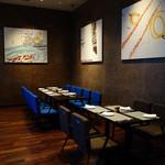R レストラン&バー - 壁の絵は日比野克彦氏の作品