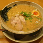 越後秘蔵麺 無尽蔵 - 豚骨醤油らーめん《太麺/背油:あっさり》(\690、2013年7月)