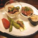 20284167 - 前菜は蛸の酢味噌和え・牛肉のたたき・うなきゅう・白レバー・枝豆・トマトはアメーラ。