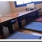 焼とり 源や - 店内奥のテーブル席