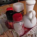 ソルト館 - テーブルにある調味料の1部