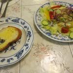 ロワール・カフェ - 料理写真:セットのサラダとバゲット