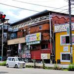萬里 - 国道135号側の看板「旅からお越しのお客さんに 伊那の名物料理は ローメンです。」
