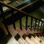 蔵元ごはん&カフェ 酒蔵 櫂 - 渋い階段を昇って店内に・・1階には囲炉裏も・・