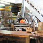ウッドスタイルカフェ - お店の奥には、オーナー手造りのピザ窯があります。