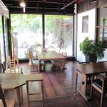 ウッドスタイルカフェ - 皆デザインが違うテーブルや椅子なのに、 部屋全体では、木というマテリアルを通じて、とても馴染んでます。