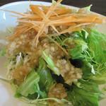 ウッドスタイルカフェ - みじん切り玉ねぎ入り和風ドレッシングがかかったサラダ。 美味しいです。