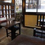 恵比寿本店 - 座った席から、入り口を望む。右奥は打つところです(2013.7.24)