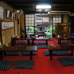 恵比寿本店 - テーブル席から、奥の座敷席を望む(2013.7.24)