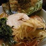 七福家 - 麺はやや中太ストレート麺