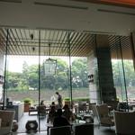 パレスホテル東京 - ラウンジに座って、皇居の石垣が見えます。