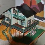 ぎゃらりー&かふぇ ねこ道楽 - この模型は屋根を取ると中の様子が分かります