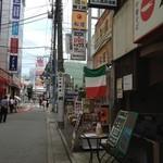 20303393 - 四川厨房・店の前の通り