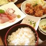 20307756 - 魚河岸定食¥880                       おかず一品(鶏の唐揚げ、焼魚、煮魚のどれか一つ選べます)