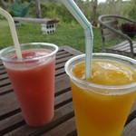 宮良農園 - 右ミックスジュース600円マンゴーとパインミックスです。 左グァバジュース 450円