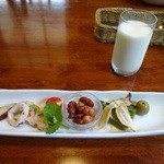 パラディゾ - コースの前菜とミルク