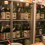 ふるかわ - カウンタの冷蔵庫に佐賀の日本酒がズラリと。