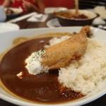 空とぶ子ブタ - 骨付き鶏もも肉のコンフィカレー(980円)