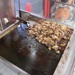20317704 - 牛ホルモンの鉄板で焼いてます