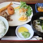 湖畔 - 日替定食A「豚肉しょうが焼き・クリームコロッケ・エビフライ」の盛り合わせ(880円)
