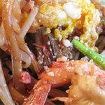 タイ屋台料理&ヌードル オシャ - パッタイ(タイ式焼きそば)の具(エビ・もやし・ニラ・干しエビ・もやし・玉子など)