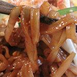 タイ屋台料理&ヌードル オシャ - パッタイ(タイ式焼きそば)の麺。フォーのような米麺。