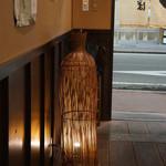 麺屋しらかわ - カウンターから入り口を望む(2013.7.24)