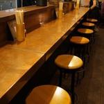 麺屋しらかわ - カウンター。奥にテーブル席あり(2013.7.24)