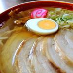亀次郎 - チャーシューラーメン(750円) スープ、具材
