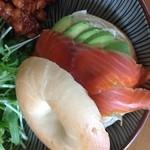 セレンディピティ カフェ - スモークサーモンとアボカドのサンドイッチ
