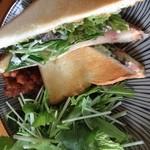 セレンディピティ カフェ - 大人気のグリルチーズと生ハムのサンドイッチ