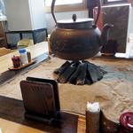 そば舎 - 円卓の囲炉裏オブジェ