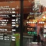 マキバ - お店のメニューが外のガラスに書かれています。お洒落ですね。