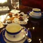 トゥールダルジャン - ウェイティングルームで食後のお茶を。