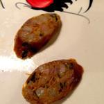 ニランカフェ - ②サイウア:コブミカンの葉やレモングラスなどのハーブ入り豚肉ソーセージでウコンの黄色がが特徴。