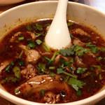 ニランカフェ - ⑤トムヤムガイ(チェンマイ式鶏のトムヤムスープ):レモングラス、パクチーなどの沢山のハーブに加え、少しくせのあるパックパイを入れるのが特徴。北部スタイルナムブリックベースのスープ。