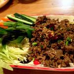 ニランカフェ - ⑥ラープチェンマイスック:乾燥ブリッキーヌー、パクチーの種、チャイニーズペッパー(マックウェン)、ナツメグ、シナモン、スターアニス等々様々なハーブ類で作った北部スタイルナムプリックを使ったラープ。