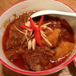ニランカフェ - ⑦ゲンハンレー(チェンマイ式ハンレーカレー):丁寧に煮込んだ三段バラ豚肉が具材のゲーン。ミャンマー的ゲーンの脂ぽさと生姜の爽やかさのコントラストが印象的な北のゲーン。