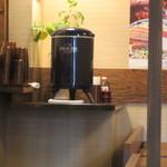 由ら花 - 注文が終わるとお水をセルフサービスでテーブルまで持って来て料理を待ちます。
