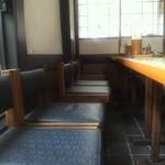 籐寿庵 - この席は入り口から右に曲がった所の席です、カメラから見た右には19歳の女性が21人楽しげに団欒^^幸せな光景、キット界隈では人気のお店だと思います。 経年は感じますが清潔な感じです。