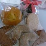 フリューリング - こちらは焼き菓子 手前の2ケ入りクッキーは開店のプレゼントで頂きました。